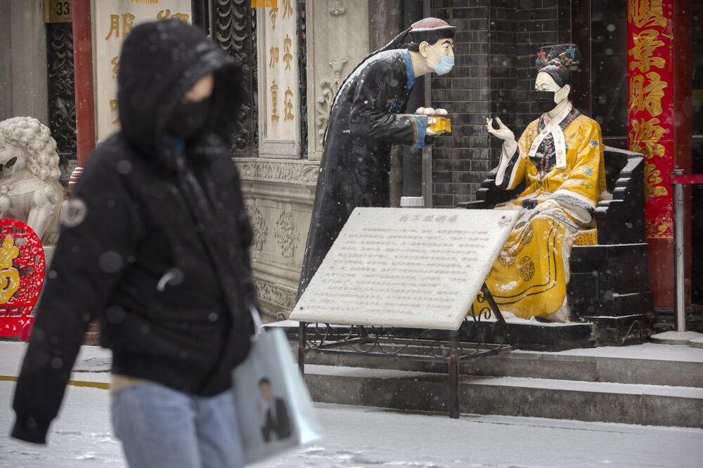 Statue in mascherine a Pechino.
