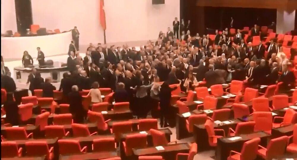 Rissa nel Parlamento turco