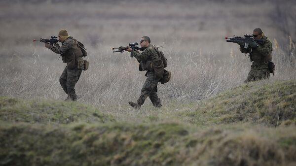 US Marines advance on the Black Sea shore during training at the Capu Midia Surface to Air Firing Range, on the Black Sea coast in Romania - Sputnik Italia