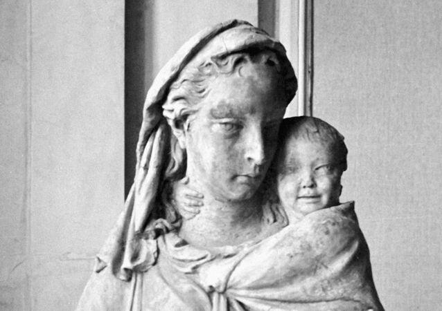 Una scultura della Madonna con il Bambino di scultore italiano Donatello in una esposizione di Hermitage