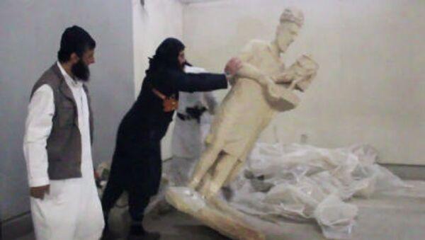 I militanti dello Stato Islamico distruggono le mostre nel museo della città di Mosul in Iraq - Sputnik Italia