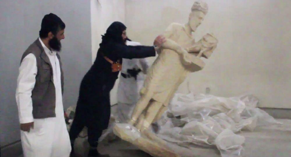 I militanti dello Stato Islamico distruggono le mostre nel museo della città di Mosul in Iraq