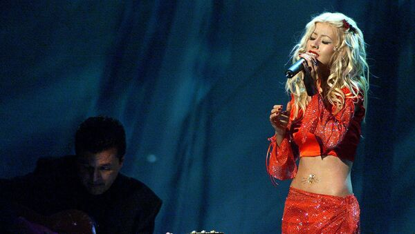 Grammy nominee Christina Aguilera (R) performs at the first annual Latin Grammy Awards at the Staples Center in Los Angeles 13 September, 2000. - Sputnik Italia