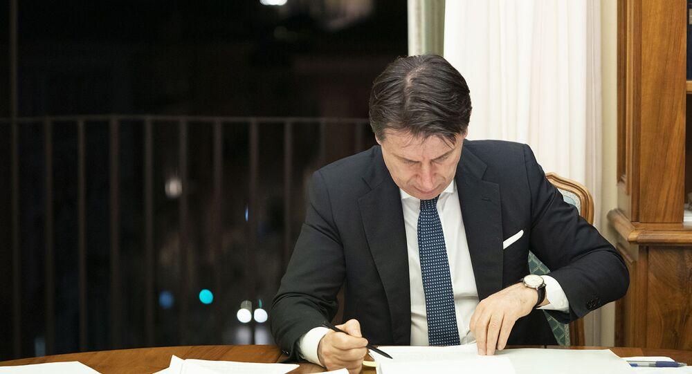 Il Presidente del Consiglio, Giuseppe Conte, firma il nuovo Dpcm recante ulteriori misure per il contenimento e il contrasto del diffondersi del virus Covid-19  sull'intero territorio nazionale