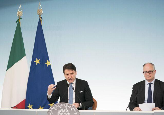 Il Presidente del Consiglio, Giuseppe Conte, e il Ministro dell'Economia e delle Finanze, Roberto Gualtieri, in conferenza stampa al termine del Consiglio dei Ministri