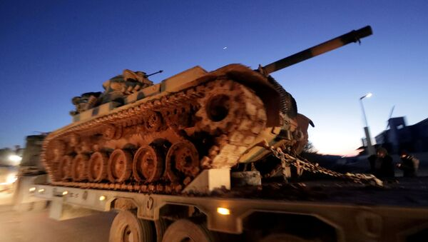 Turkish military vehicles enter the Bab al-Hawa crossing at the Syrian-Turkish border, in Idlib governorate, Syria, February 9, 2020. - Sputnik Italia
