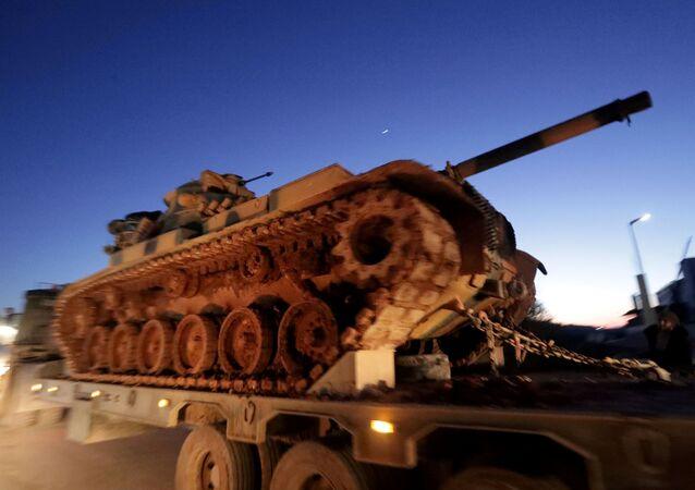Mezzi militari turchi al confine con la Siria