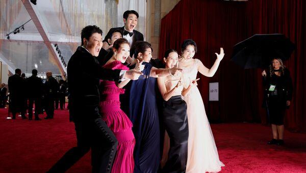 Актерский состав южнокорейского фильма Паразиты на красной дорожке церемонии вручения пермии Оскар 2020 в Лос-Анджелесе - Sputnik Italia