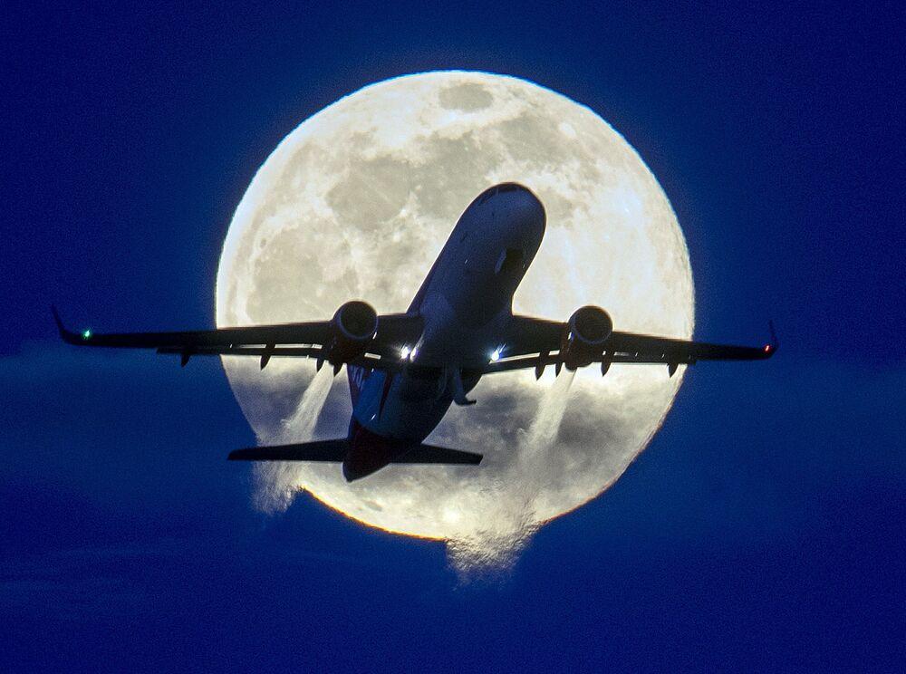Un aereo sullo sfondo della luna, l'aeroporto di Francoforte, in Germania, il 9 marzo 2020