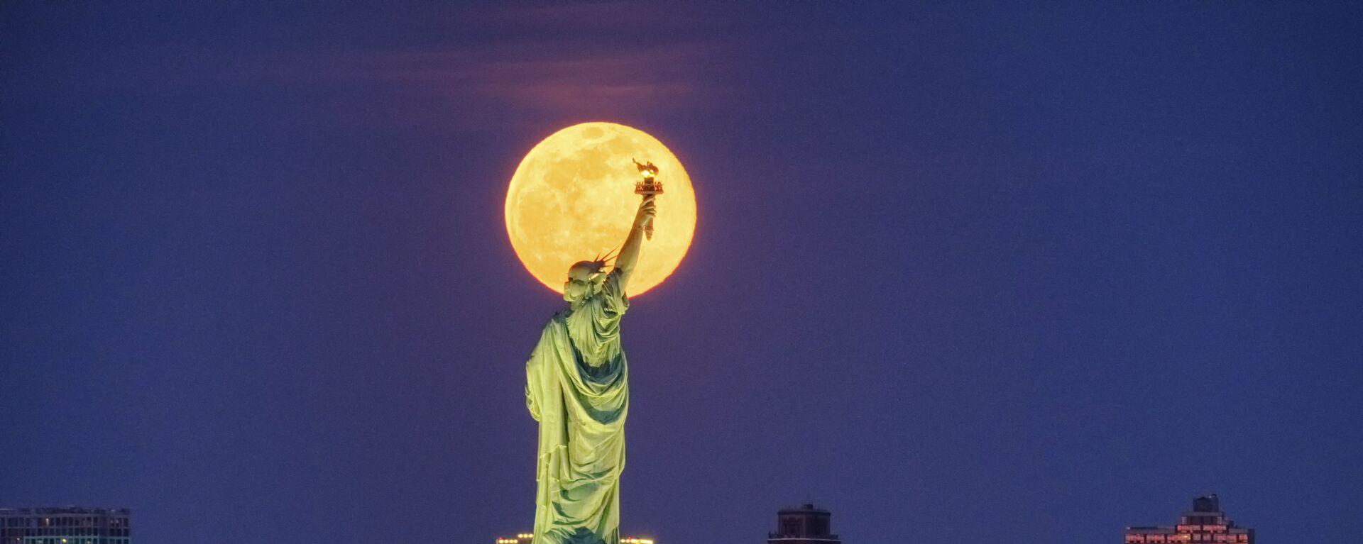 Статуя Свободы на фоне полной луны в Нью-Йорке  - Sputnik Italia, 1920, 27.03.2021