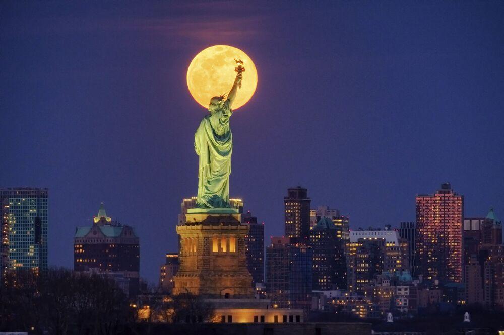 La luna sotto la Statua della Libertà, New York, il 9 marzo 2020