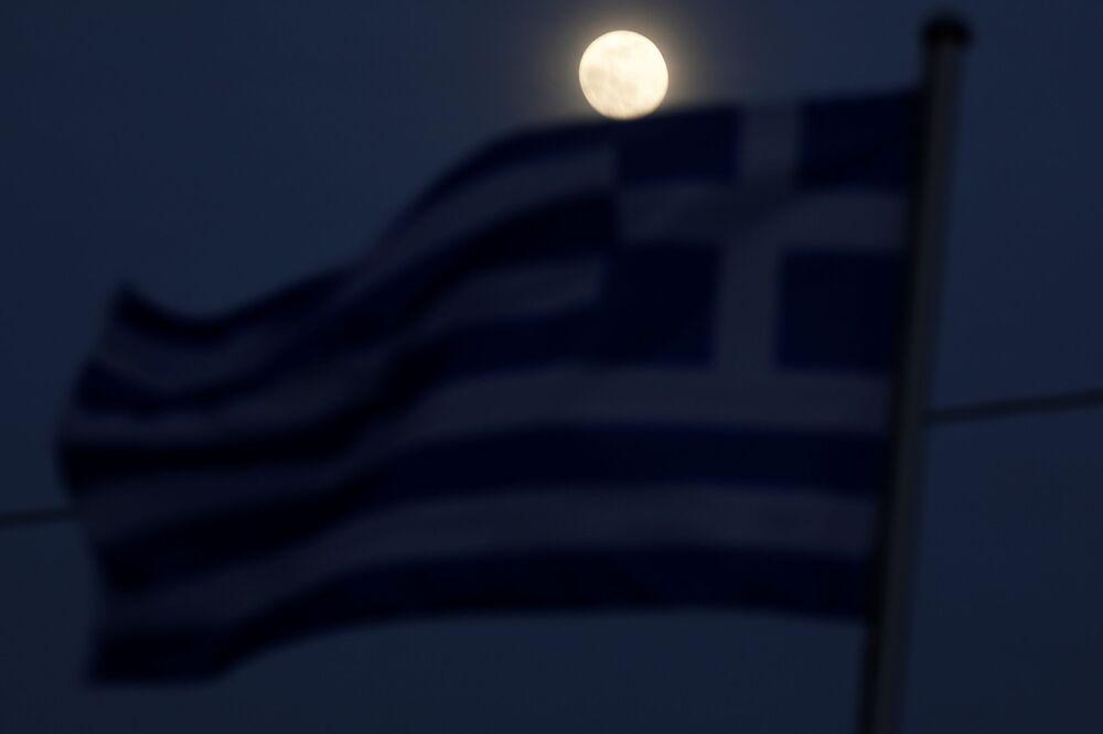 La luna sopra una bandiera greca vicino alla frontiera con la Turchia, l'8 marzo 2020