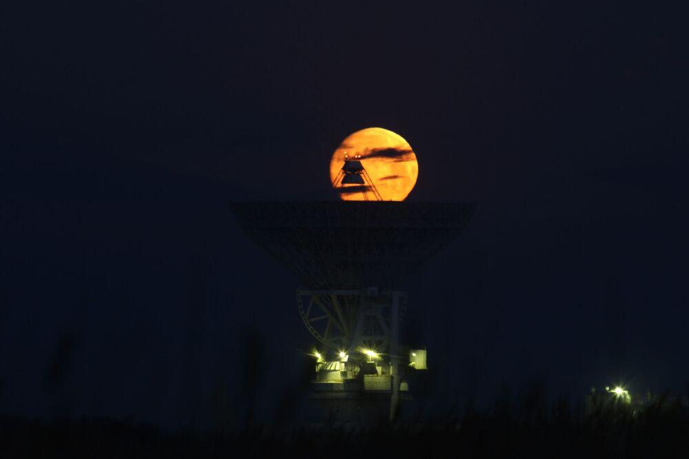 La luna osservata sopra il radiotelescopio P-2500 (RT-70) in Crimea, Russia