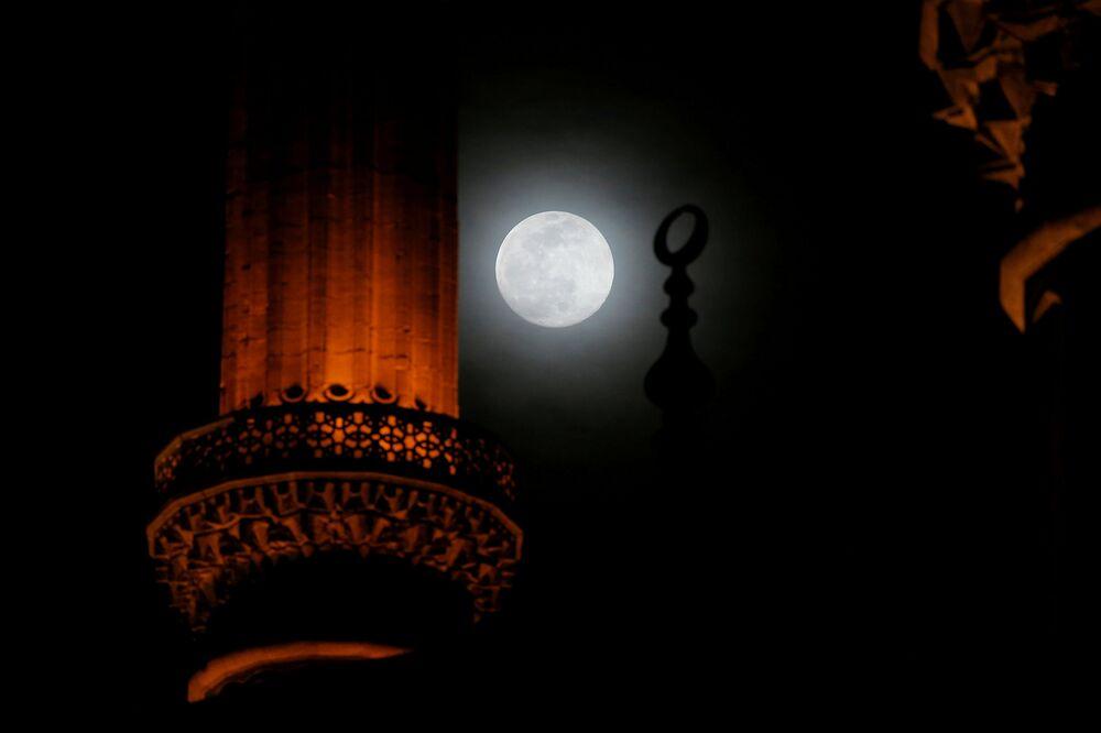 La luna piena sopra la Moschea Selimiye a Edirne, Turchia, l'8 marzo 2020