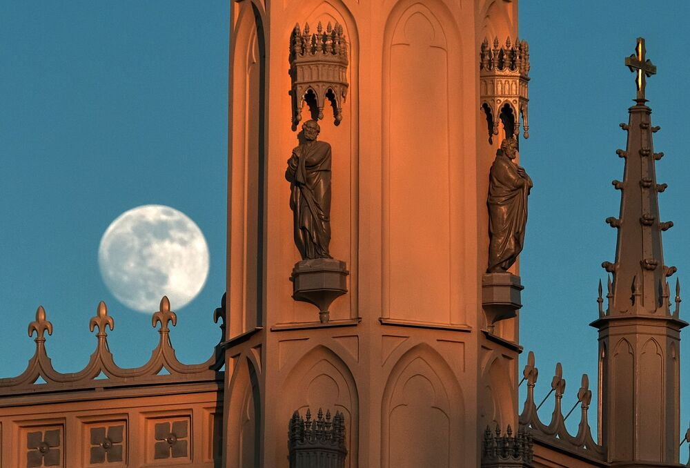 La luna sopra la chiesa di Sant'Alessandro Nevsky nel parco di Alessandria a Peterhof, Russia