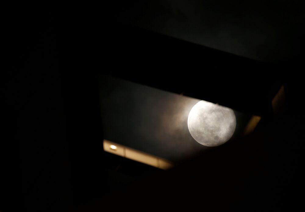 La luna dietro un grattacielo, Malta, il 9 marzo 2020