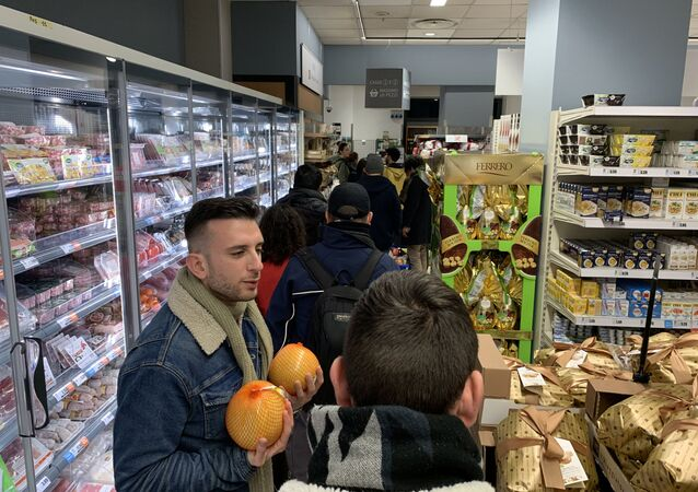 La coda al supermercato a Milano