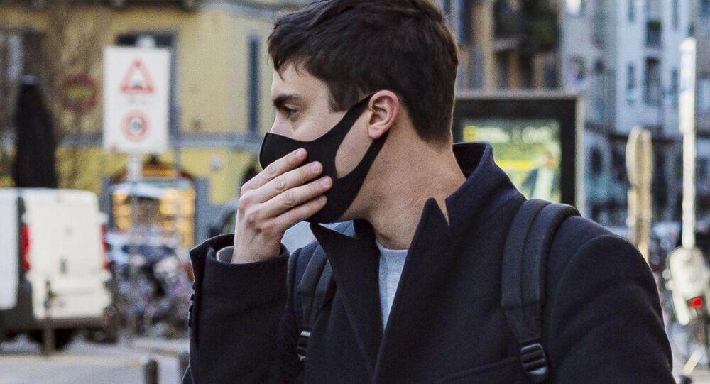 Un uomo in mascherina a Milano