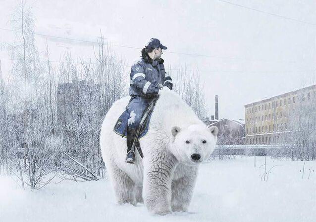 Un agente della polizia stradale su un orso a San Pietroburgo, l'opera dell'artista russo Vadim Solovyov.