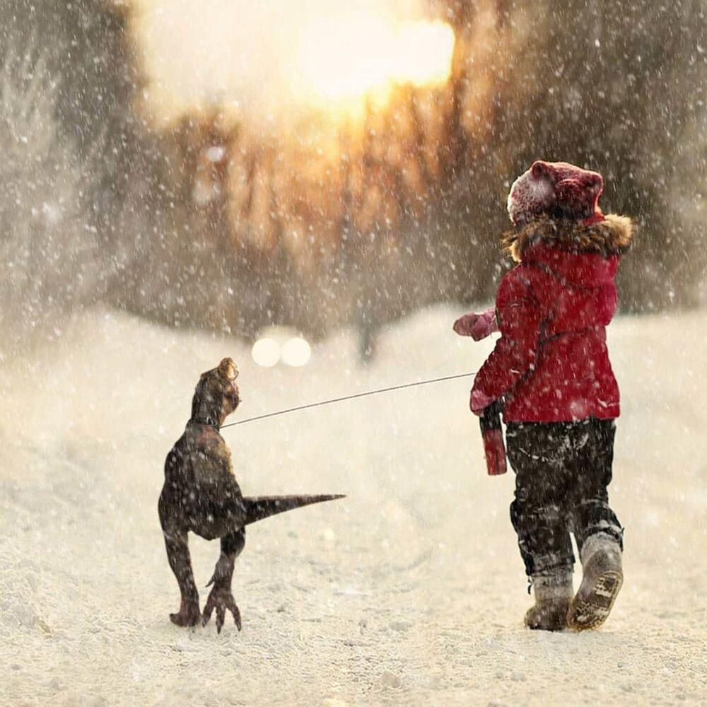 Una bambina porta a spasso il suo dinosauro a San Pietroburgo, secondo l'artista russo Vadim Solovyov.
