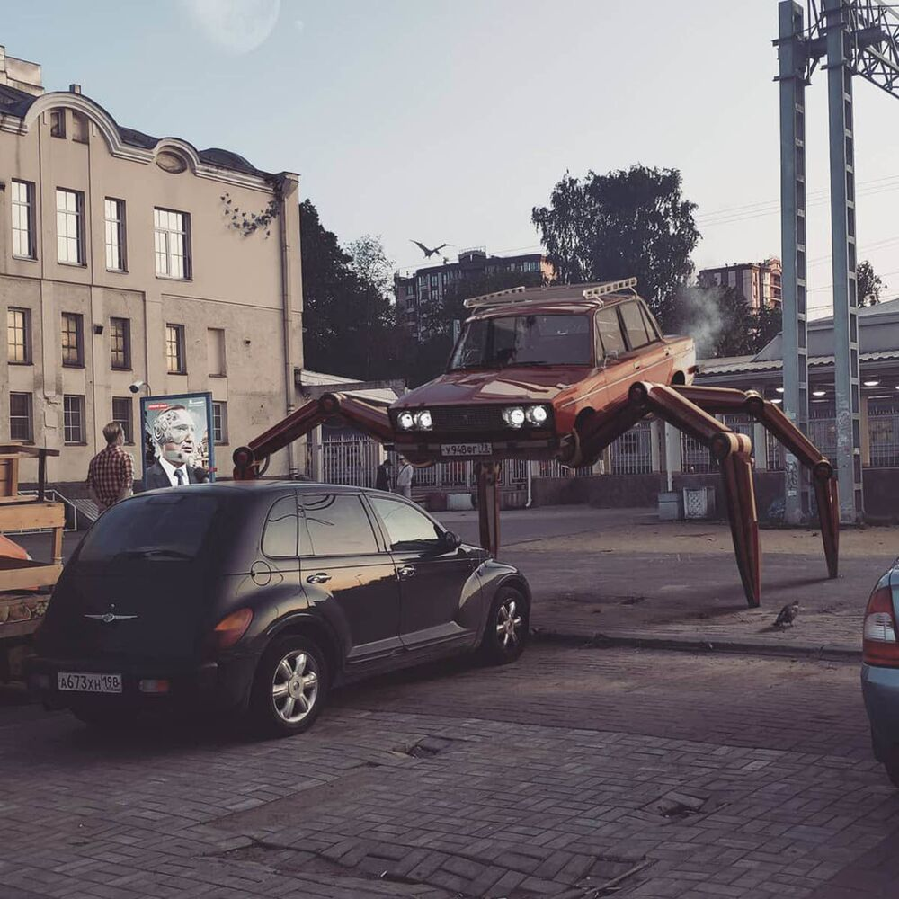 Una macchina con delle gambe a San Pietroburgo nell'opera dell'artista russo Vadim Solovyov.