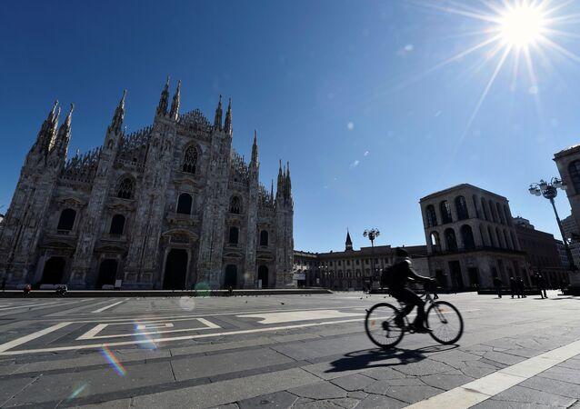 La piazza di Duomo di Milano deserta