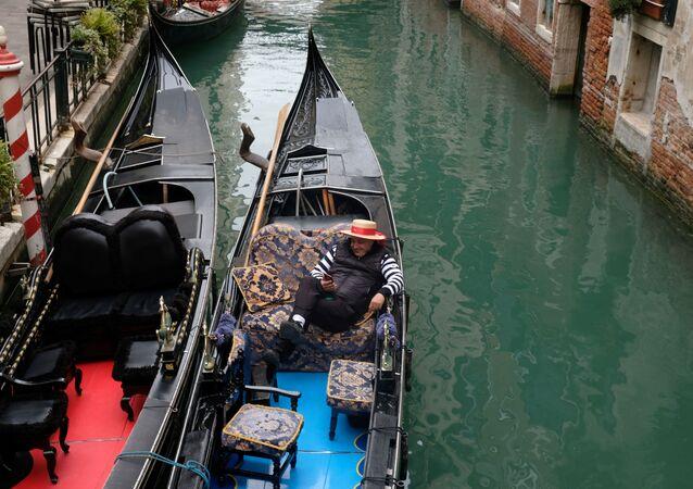 Un gondoliere senza clienti a Venezia