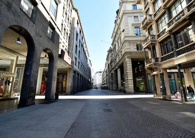Una via deserta a Milano