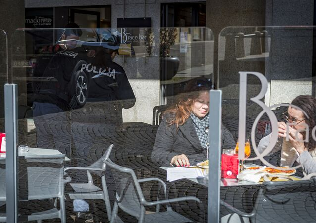 Clienti in un bar a Novara, Italia