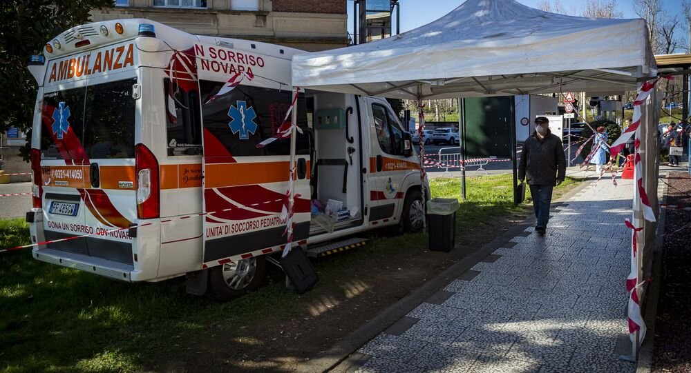 Punto di triage davanti all'ospedale di Novara