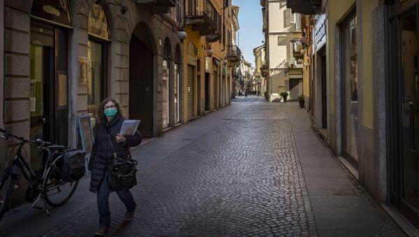 Una donna in mascherina a Novara - Sputnik Italia