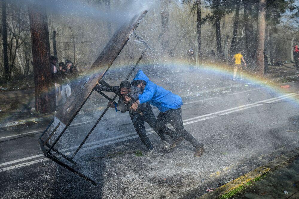 Uno scontro tra i migranti e la polizia greca alla frontiera tra la Turchia e la Grecia.