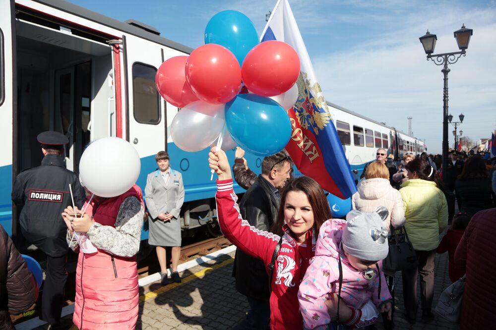 I passeggeri visti all'inaugurazione della ferrovia tra la Crime e il territorio di Krasnodar.