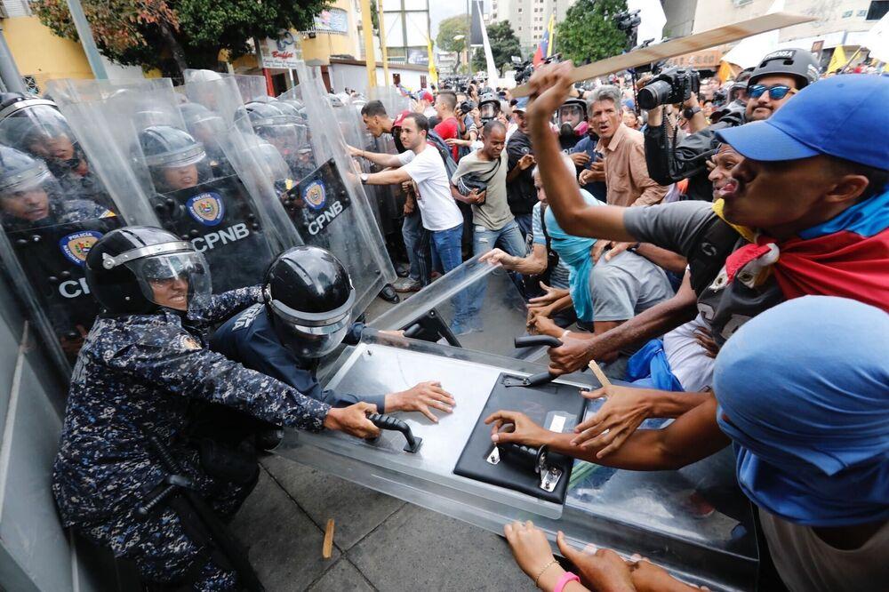 Gli scontri tra i manifestanti dell'opposizione con la polizia a Caracas, Venezuela.
