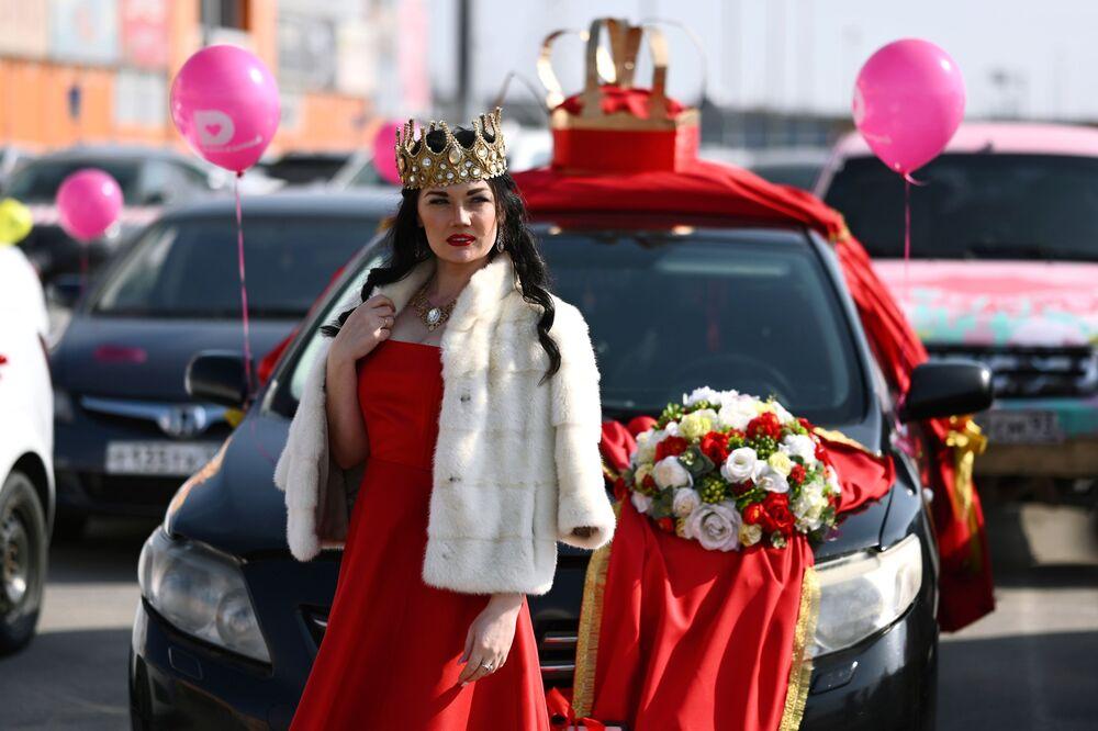 Una partecipante al rally auto per festeggiare la Giornata della Donna a Rostov sul Don in Russia.