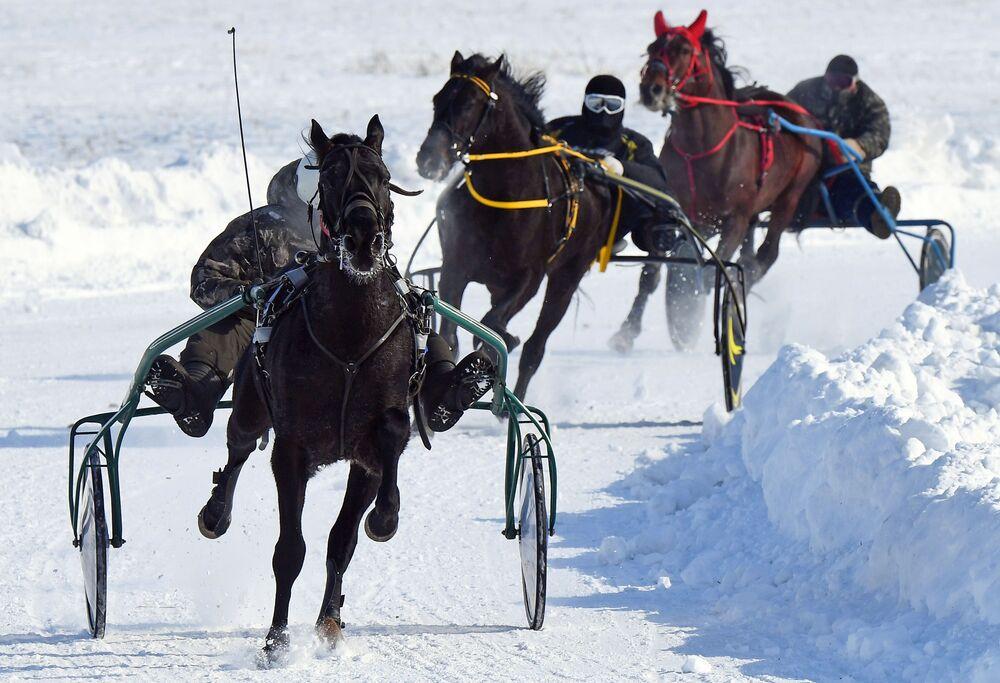 In Russia si saluta l'inverno durante una corsa di cavalli.