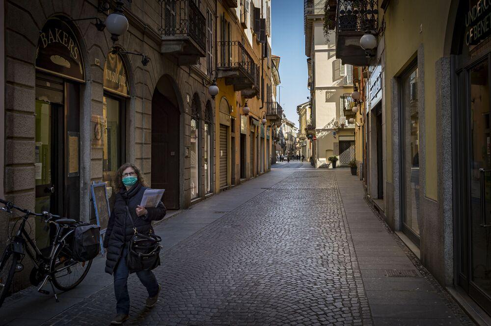 Una donna in mascherina a Novara