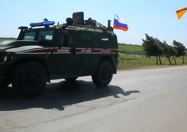 Siria: la polizia militare russa pattuglia l'autostrada M5 vicino a Saraqib