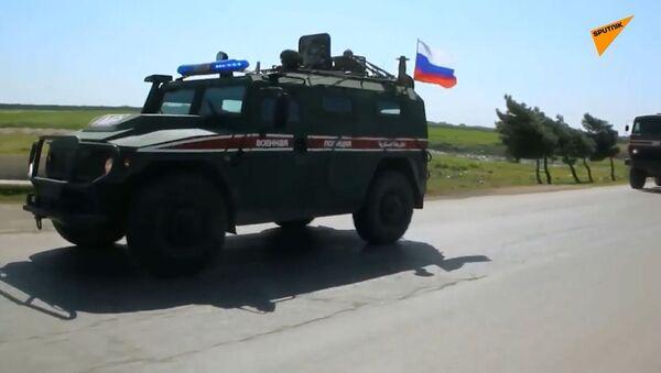 Siria: la polizia militare russa pattuglia l'autostrada M5 vicino a Saraqib - Sputnik Italia