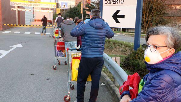 Una signora con respiratore in coda al supermercato - Sputnik Italia