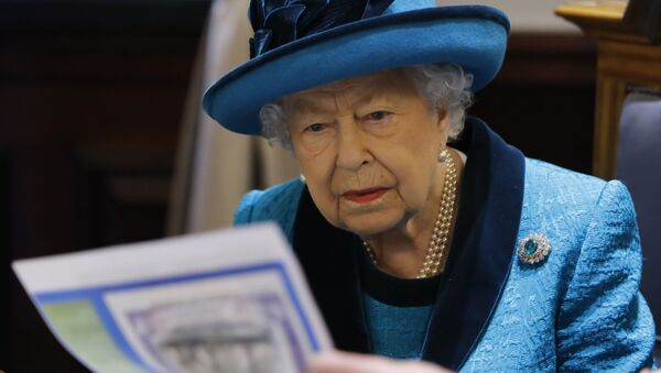 Britain's Queen Elizabeth II is shown documents as she visits the new headquarters of the Royal Philatelic society in London on November 26, 2019.  - Sputnik Italia