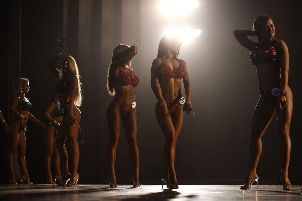 Le partecipanti al Campionato di bodybuilding della regione di Novosibirsk, Russia