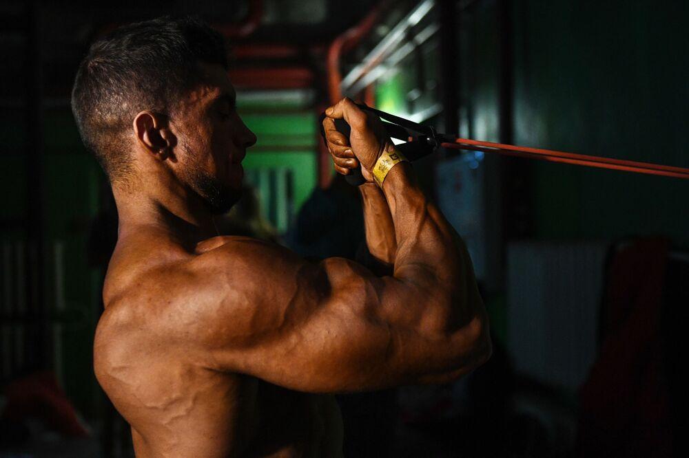 Un partecipante prima dell'inizio del Campionato di bodybuilding della regione di Novosibirsk, Russia