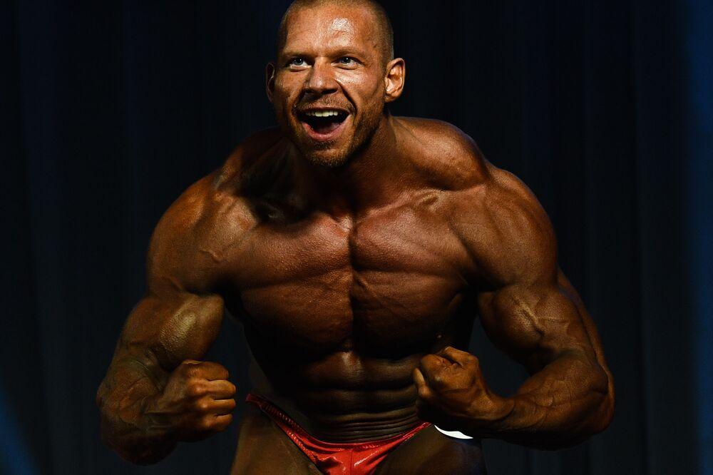 Un culturista durante l'esibizione al Campionato di bodybuilding della regione di Novosibirsk, Russia