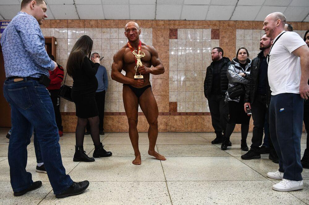 Il culturista vincitore del Campionato di bodybuilding della regione di Novosibirsk, Russia