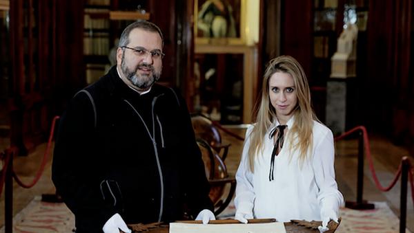 Padre Serafino Jamourlian e Vittoria Dall'Armellina mostrano la spada conservata nel museo dell'isola - Sputnik Italia