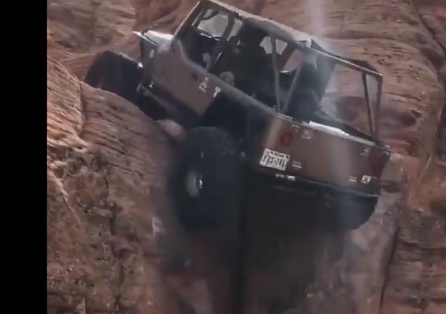 """Re della Collina: una Jeep scala senza fatica una roccia """"verticale"""""""
