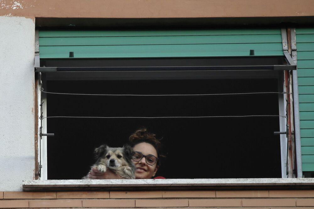 Una ragazza con un cane durante la quarantena a Roma, Italia, il 15 marzo 2020