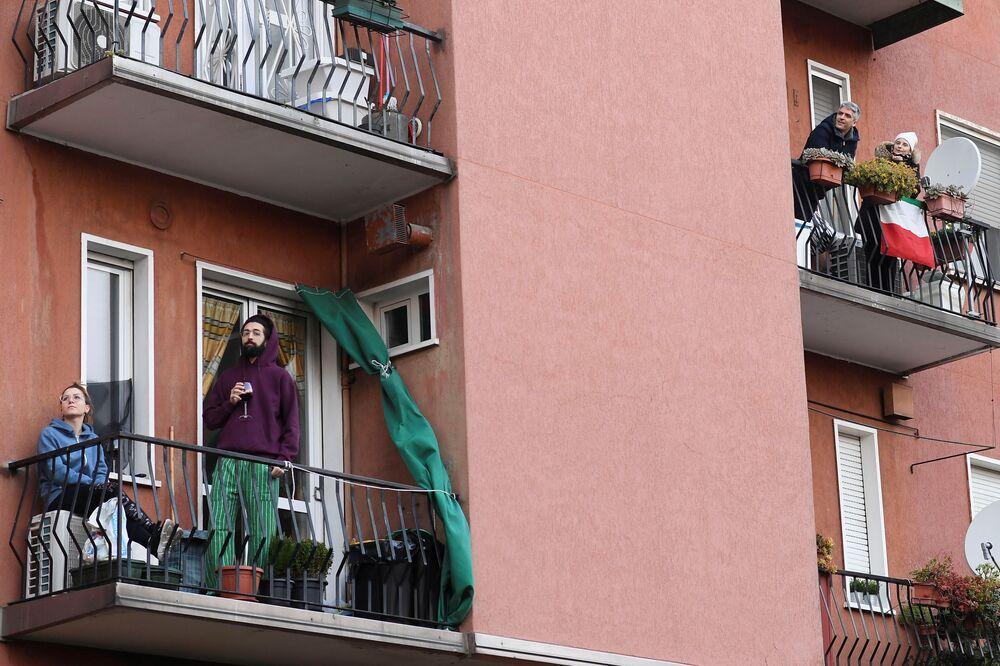 I cittadini durante la quarantena per l'epidemia del coronavirus a Roma, Italia, il 15 marzo 2020