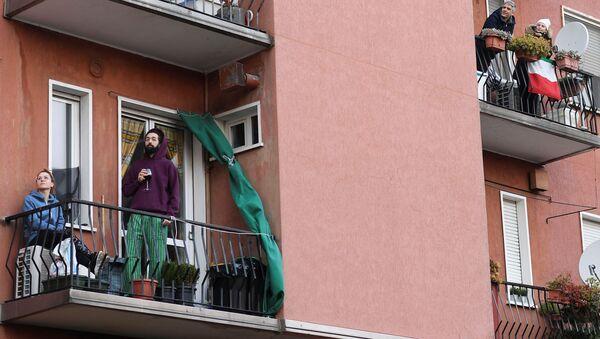 In balcone durante la quarantena - Sputnik Italia